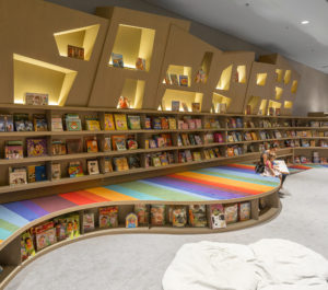 """Sezione """"kids"""" di Saraiva Bookstore a San Paolo, Brasile disegnata da Arthur Casas."""